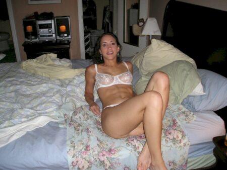 Chienne sexy docile pour libertin séduisant de temps en temps libre