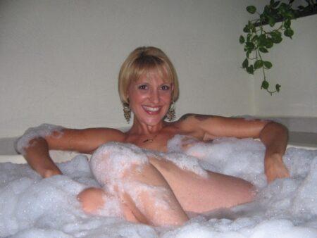 Femme cougar soumise pour gars clean disponible