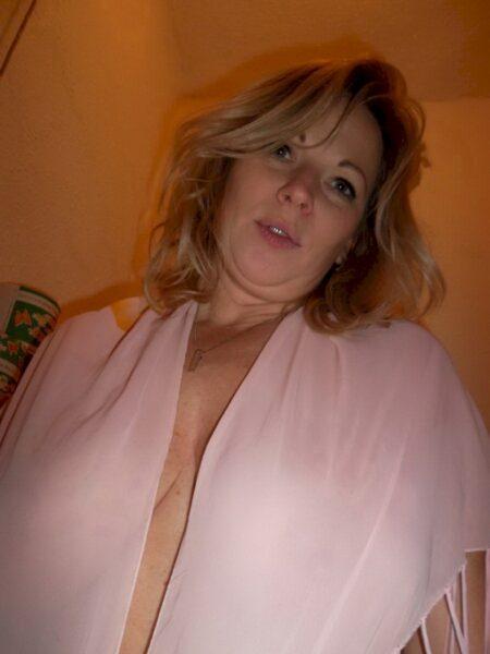 Femme libertine soumise pour coquin qui apprécie la domination